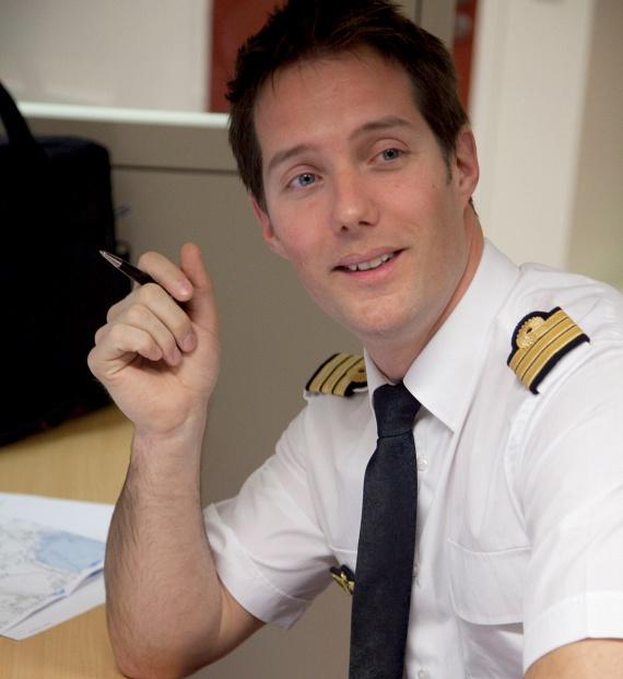- Igazán büszke vagyok arra, hogy az első francia közforgalmi pilótaként űrhajós lehetek. Ezt az eredményt legnagyobb részben az Air France-nak köszönhetem, hiszen mindent tőlük tanultam. A fedélzeti személyzet és a vállalat többi tagja is különleges tehetséggel és hihetetlen erővel rendelkezik. Büszkén népszerűsítem majd a légitársaságot a 400 kilométer magasban lévő nemzetközi űrállomáson, és ugyanolyan a technikai precizitással végzem majd feladataimat, ahogyan azt az Air France pilótafülkéjében is tettem - nyilatkozta Pesquet.