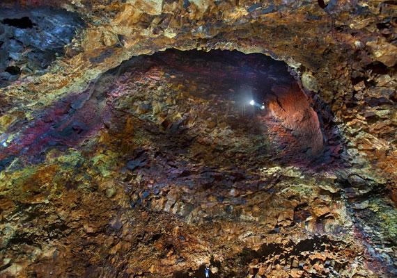 Az apró, kék folt a kép alján a fotós, Belegurschi, 120 méter mélyen a vulkán gyomrában.