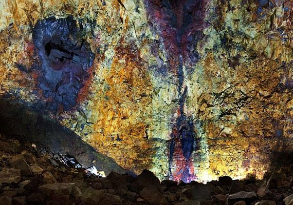 A magma, attól függően, hogy milyen hőmérsékleten olvad meg a kőzet, 700-1250 fokos is lehet.