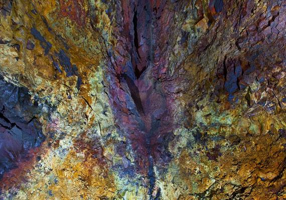 A láva olyan folyékony kőzetolvadék, amely egy vulkáni kitörés során a felszínre kerül. Tulajdonképpen az illóanyagoktól - gőzök és gázok - megszabadult magma.