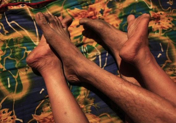 Hashi és szeretője lábai összefonódnak.