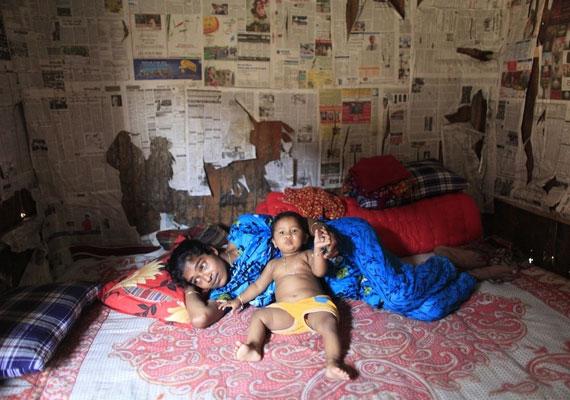 A 17 éves Nazma szobájában pihen a kisfiával.