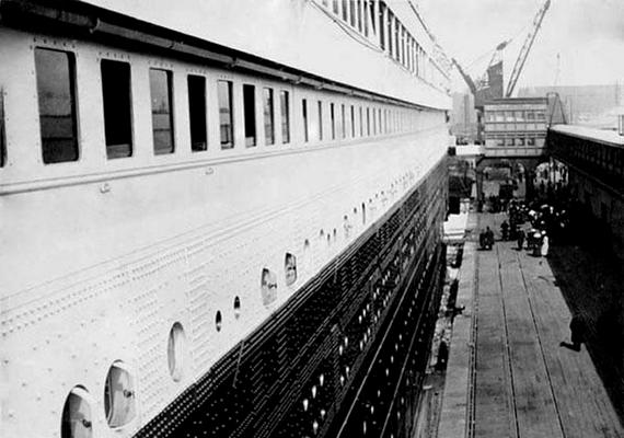 A beszálláskor néhány utas is fotózott: a képet egy jezsuita szerzetes készítette a hajó oldaláról.
