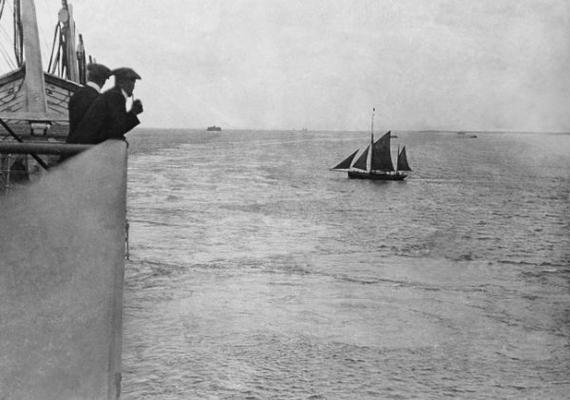 A Titanic elválik egy kísérőhajójától Portsmouth-nál.