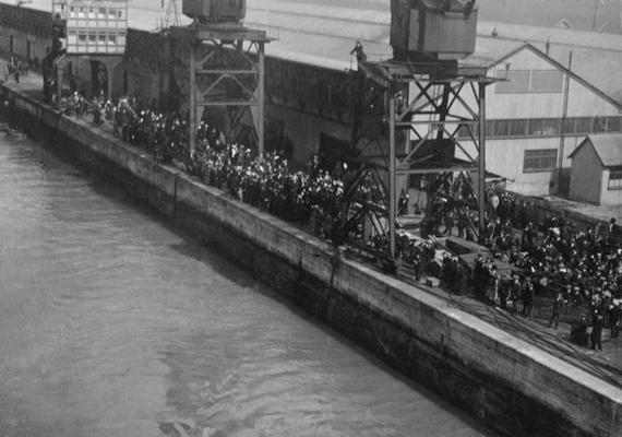 Rengetegen érkeztek a kikötőbe a hajó indulásakor: volt, aki hozzátartozóját kísérte ki, sokan pedig a szenzáció miatt jelentek meg. Integetve búcsúztatták a Titanic szerencsésnek hitt utasait.