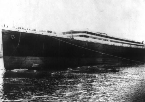 A fedélzetre érkezők közül sokan azonnal előrementek, hogy jelezzék a lent állóknak: felszálltak a hajóra.