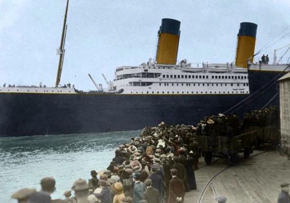 Az indulás előtt több ezren integettek a szárazföldről a fedélzeten lévőknek.