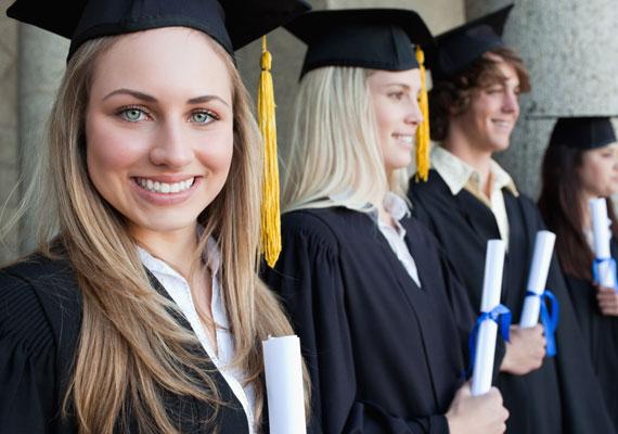 Havi több tízezer forintot jelenthet a diplomás gyed, amit tavaly óta már két féléves hallgatói jogviszonnyal is igénybe lehet venni. Ez a fajta támogatás azért nem mozgat meg ezreket, hiszen az első évében kétszázan éltek a havi akár 70 ezer forintos támogatással. Ennek oka lehet, hogy mind a nők, mind a férfiak egyre később, 30 éves koruk körül vállalnak gyereket, ekkor pedig már kevesebben járnak felsőoktatási intézménybe.
