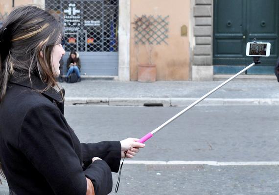 Az első ilyen találmány a szelfibot volt, amely gyakorlatilag meghosszabbítja a karod, és időzítővel ellátott fényképezőgépekkel és kamerás telefonokkal lehet használni.