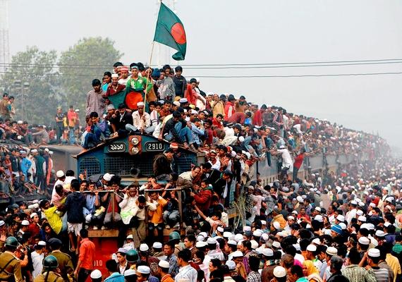 Egészen elképesztő hangulatot áraszt a fotó a tömeg élén ülő, bangladesi zászlóval felszerelkezett férfival.