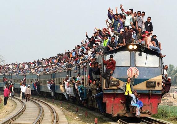 Ha valamilyen tömeges megmozdulás van, a helyzet csak fokozódik. A kép egy muszlim gyülekezeti eseményre igyekvő emberekről készült, a fotós, Yeow Kwang Yeo díjat kapott érte 2011-ben.