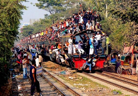 Az utasok minden talpalatnyi helyet kihasználnak, az életveszélyre fittyet hányva jutnak el úti céljukig.
