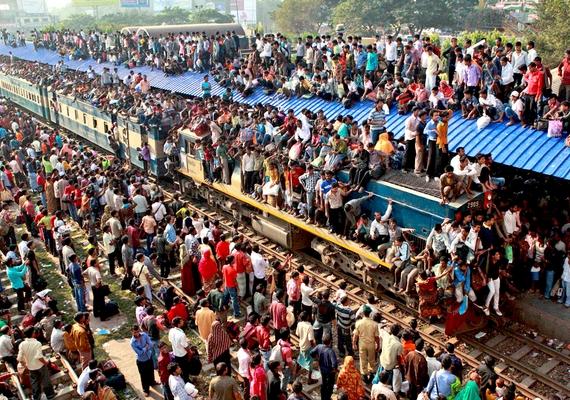 Nemcsak a vonaton, de az állomásokon is brutális mennyiségű ember van.