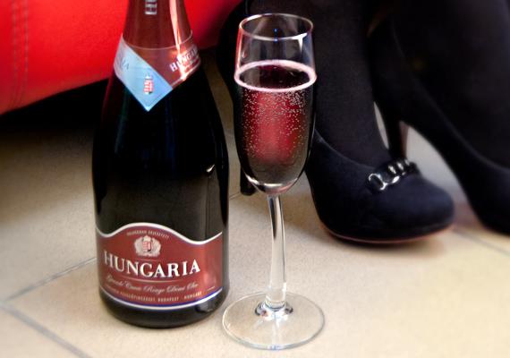 A pezsgő és a magassarkú lehengerlő párost alkotnak.