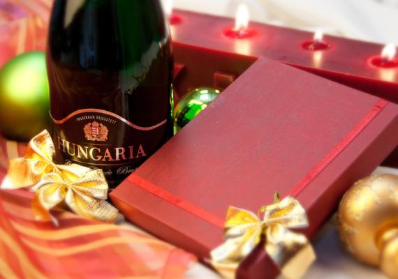 Az ajándékbontás izgalmát egy pohár gyöngyöző pezsgővel fokozzuk.
