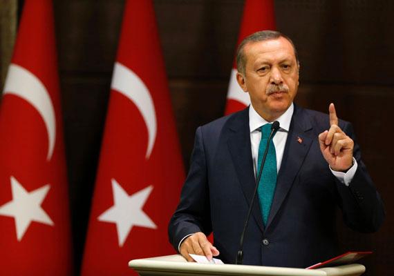 A korrupció naponta látott vendég a török politikai eliten belül. Tavaly még Recep Tayyip Erdogan - most államfő, akkor még kormányfő - ellen is vizsgálat indult. Erdogan végül úgy úszta meg az ügyet, hogy fél kormányát leváltotta, ellene pedig ezután megszüntették a vizsgálatot. Amikor Erdogan fiát szintén korrupció vádjával le akarták tartóztatni, a hatalom egyszerűen félreállította a nyomozást vezető államügyészt.
