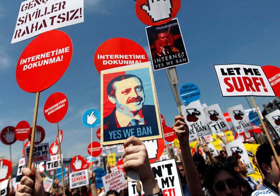 Miközben Párizsban a világ számos vezetője a szólásszabadságért menetelt a Charlie Hebdót ért támadás után, egy ankarai bíróság a Facebook teljes betiltását helyezte kilátásba, ha a közösségi oldal nem szűri ki a törökországi tartalmakból a Mohamed prófétát ábrázoló karikatúrákat. A Facebook inkább a szűrést választotta. Rendszeresen tüntetnek Törökországban az internetes cenzúra ellen.