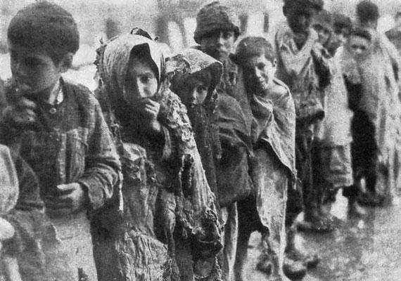 1915-ben az akkori Oszmán Birodalom hadserege rengeteg örményt vett őrizetbe, akik közül sokakat kivégeztek. Ez volt az úgynevezett örmény genocídium kezdete, amiben évek alatt rengeteg örmény nemzetiségű embert gyilkoltak meg. A török politikai elit a mai napig nem ismeri el az akkor történteket teljes mértékben, bár tavaly Erdogan már tavaly sajnálatát fejezte ki a történtek miatt, ám a népirtás szót kerülte. Idén abból lett botrány, hogy egyesek szerint a kormány előrehozott egy tavaszi ünnepséget a népirtás kezdetének napjára, hogy háttérbe szorítsa azt.