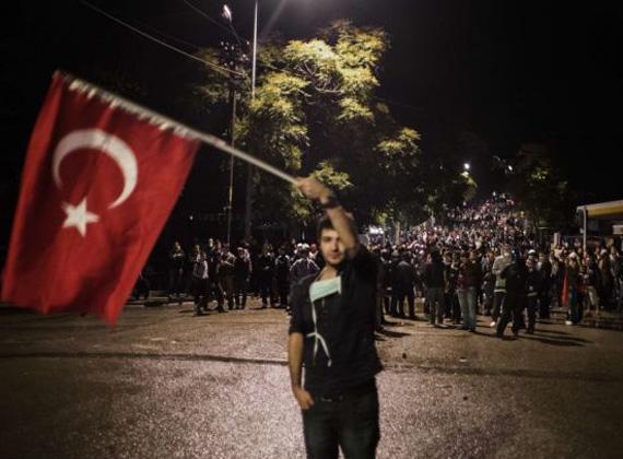 Több tízezren vonultak a török utcákra, kormányellenes jelszavakat skandálva.