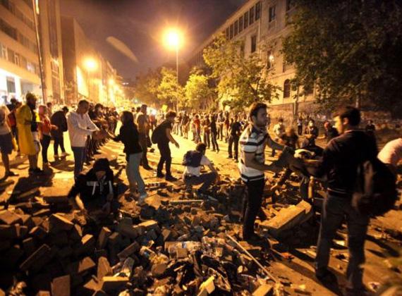 A tüntetők egyelőre nem adják fel, még mindig az utcán vannak, és török zászlókat lengetve szállnak szembe a vízágyúkkal.