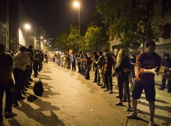 Tüntetők építik a barikádot a hatóságokkal szemben.