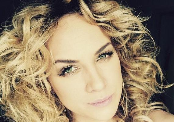 Az énekesnő imádja az új stílust, több képet is posztolt a hajkölteményeiről.