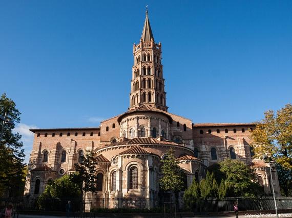 Az ezeréves Saint-Sernin bazilika aSantiago de Compostela felé vezető zarándokút búcsújáró templomaként Nyugat-Európa egyik legfontosabb egyházi épülete. A nyolcszögletű tornyáról is híres művészettörténeti látványosságban temették el Szent Sernin mártírpüspököt.
