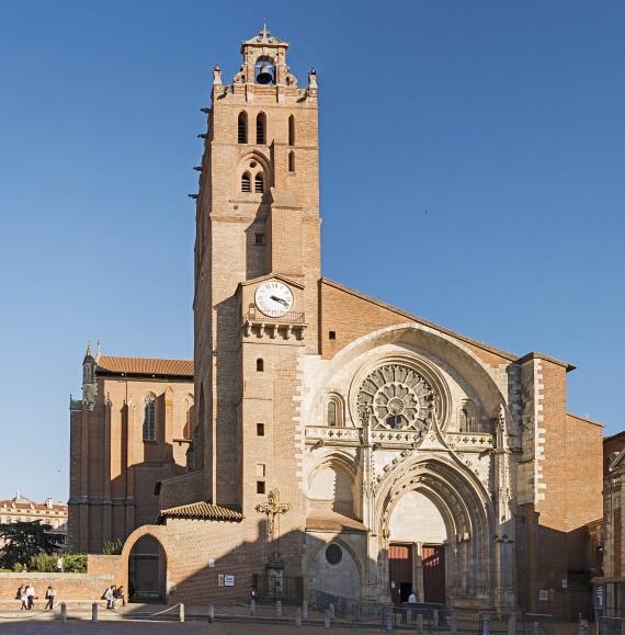 Minden bizonnyal a város legizgalmasabb épülete a furcsa szerkezetű Saint-Étienne katedrális, amely öt évszázadon keresztül épült, ennek köszönhetően pedig igazi stíluskavalkád jellemzi a külső és belső tereit egyaránt. Nem véletlen, hogy olyan nagy népszerűségnek örvend a turisták körében.