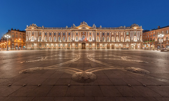 A francia városok között a lakosságszámot tekintve Toulouse a negyedik a sorban. A település szíve a főtér: a Place du Capitole, rajta az 1700-as években épült, rózsaszínben pompázó városházával, amely az önkormányzat mellett színházi és balettelőadásoknak is otthont ad, valamint operaházként is működik. A nyári estéken a főtér megtelik élettel, a helyiek tömegével érkeznek.