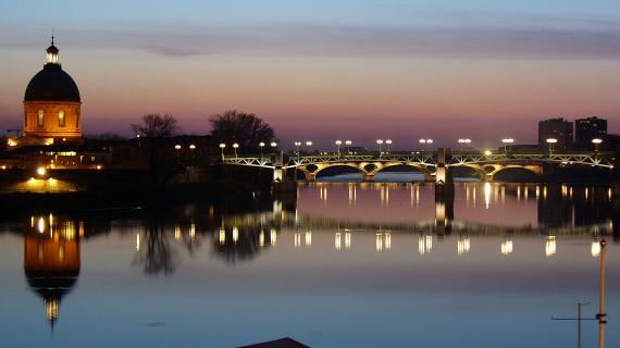 A Garonne folyó által ketté szelt város a hangulatos rakpartot és a part menti épületeket, sétányokat mind szépen megőrizte az utókor számára. A kihagyhatatlan kincsek közé tartozik a Henri-Martin sétány, a Filtres mező, a Saint-Pierre híd vagy a de La Grave nevű, 1100-as évekből származó kórház is.