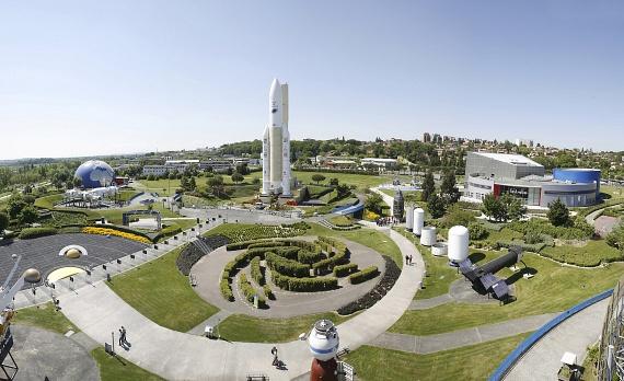 Toulouse azonban nem csak gyönyörű épületeiről híres: határában található a legújabb attrakciója, a Cité de l'Espace űrváros többek között egy 360 fokos planetáriummal, interaktív kiállításokkal, egy hatalmas űrhajóval és egy élethű űrállomással. Az Aeroscopia repülőmúzeumban megcsodálható az első Concorde gép, az Airbus gyárában pedig a jelenlegi legnagyobb utasszállító gép, az A380-as is.