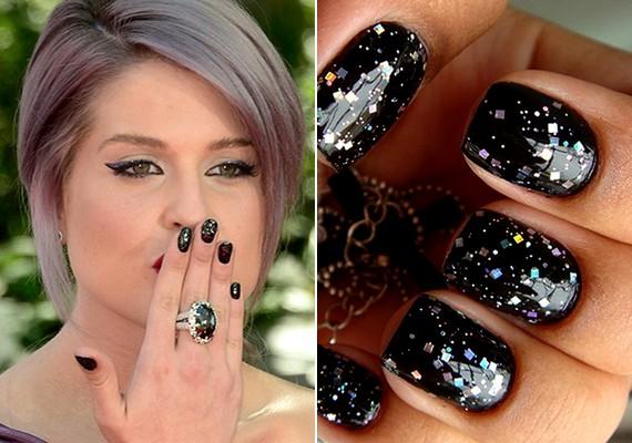 Szintén percek alatt megvan, de remekül néz ki a fekete színű, tarka vagy fémes csillámos fedőlakkal feldobott köröm. Kelly Osbourne ezüst flitterei igazán nőiesek.