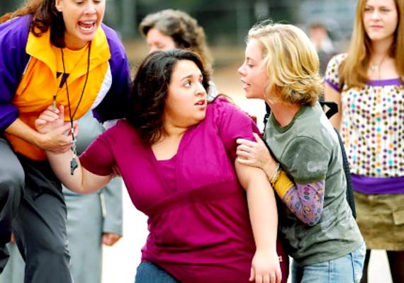A Queen Sized - Tömör a gyönyör című film reális problémát feszeget, és önbizalmat adhat a túlsúlyos lányoknak. Megnézheted benne, hogyan fordítja előnyére egy duci lány a gonosz csínyt, amit ellene eszeltek ki.