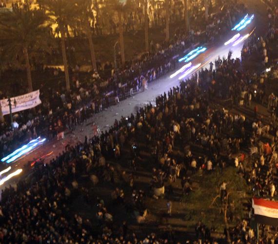 Mentők próbálnak utat találni maguknak a több ezer demonstráló között szerda hajnalban.