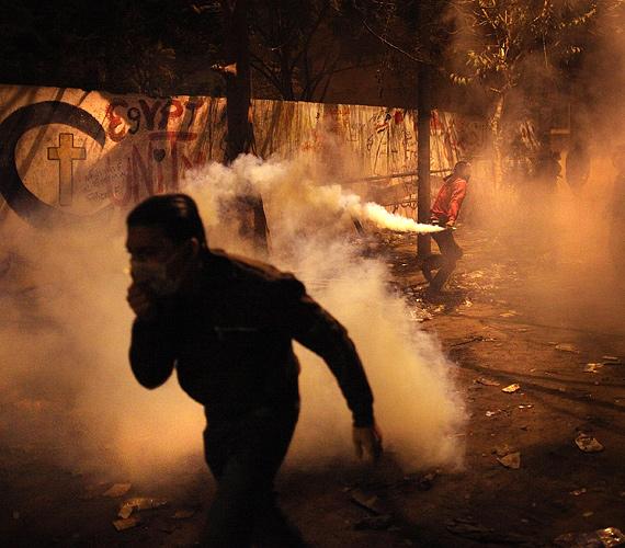 Füstbomba elől menekülő tüntető.