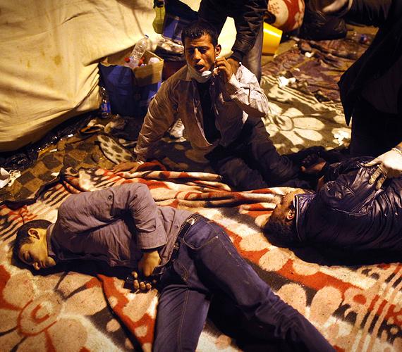 A gázspray hatására összerogyott tüntetők fekszenek a Tahrír tér mellett a sebesülteknek felállított helyiségben a tüntetések negyedik napján.