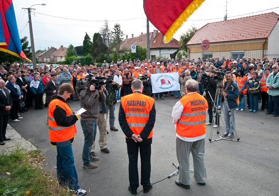 Dolgozók demonstráltak a Kapuvári Hús Zrt. épülete előtt 2012. szeptember 14-én. Az alkalmazottak a napok óta minimálisra csökkentett termeléssel működő üzem sorsának rendezését követelték. Sajnos, mint később kiderült, sikertelenül.