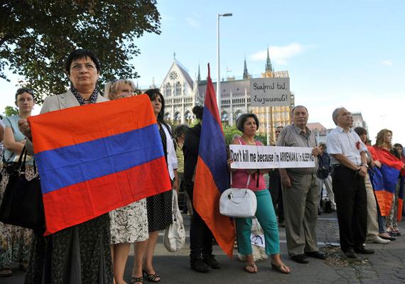 A magyarországi örmény kisebbség tüntetése a Kossuth téren, 2012. szeptember 7-én. A résztvevők az ellen tiltakoztak, hogy Magyarország átadta Azerbajdzsánnak az örmény katonát meggyilkoló Ramil Safarovot.