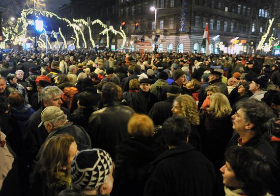 Több tízezer ember gyűlt össze 2012. január 3-án az Andrássy úton, az Opera környékén, a civil szervezetek tüntetésén, Orbán távozását követelve.