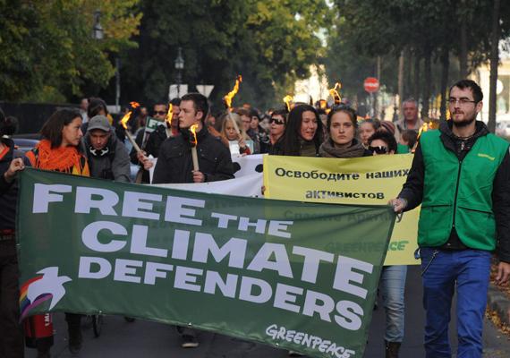 A Greenpeace Magyarország Egyesület aktivistái az orosz nagykövetség épületéhez vonulnak Szabadságot a Greenpeace aktivistáinak! címmel a szervezet Oroszországban bebörtönzött 30 tagjának szabadon bocsátásáért megrendezett demonstrációjukon október 5-én.