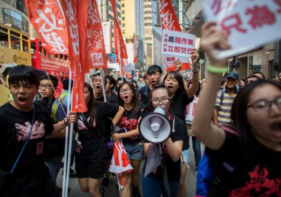 Tízezrek tüntettek október 21-én, hétfőn Hongkongban, amiért egy televízió társaság, a Hong Kong Television Networks nem kapott működési engedélyt. Ebben a demokratikus értékek fenyegetettségét látják.