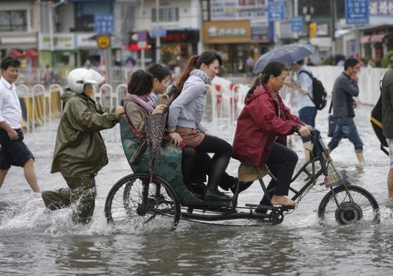 Kelet-Kínában a tájfun okozta károk utáni katasztrófamentés hiányosságai és lassúsága miatt tüntettek október 16-án, szerdán. A kétezres tömeg bocsánatkérést követelt, valamint az áramszolgáltatás visszaállítását.