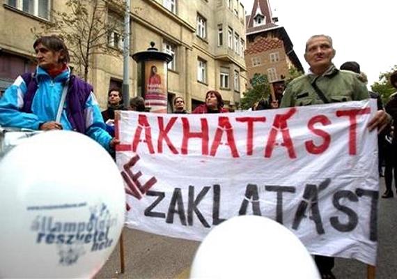 Október 10-én, csütörtökön Prágában volt tüntetés az európai hajléktalanok jogainak tiszteletben tartása mellett. A tüntetést a csehországi civil szervezetek szervezték. A képen egy magyarországi tüntetés látható a hajléktalanok jogaiért.