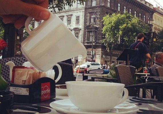 Az Andrássy úton is hibátlan a kávé és a környezet is.