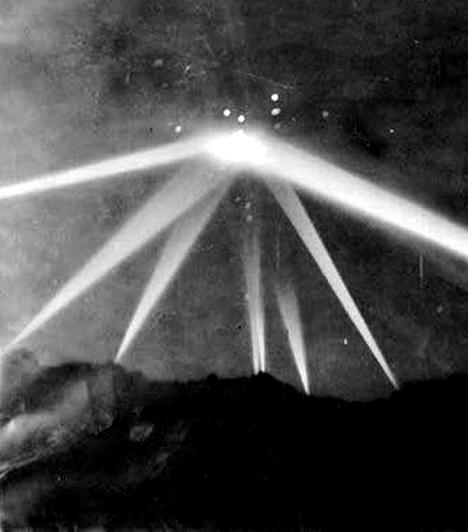 Erős fénynyalábokat húzott maga után az az azonosítatlan repülő tárgy, melyet Amerikában láttak, majd fotóztak le 1942-ben. Az ismeretlen furcsaság a hollywoodi hegyek felett szállt, és hatalmas fényjelenséget produkált. A kép minden idők leghíresebb UFO-fotói közé tartozik.