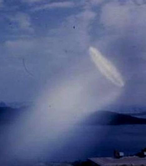 Érdekes, tölcsérszerű jelenséget kaptak lencsevégre 1957-ben Norvégia területén. A fotón látható képződményt sokan tornádóhoz hasonlítják, de vannak, akik szerint csak a fény játéka tévesztette meg a szemet és a fényképezőgépet.