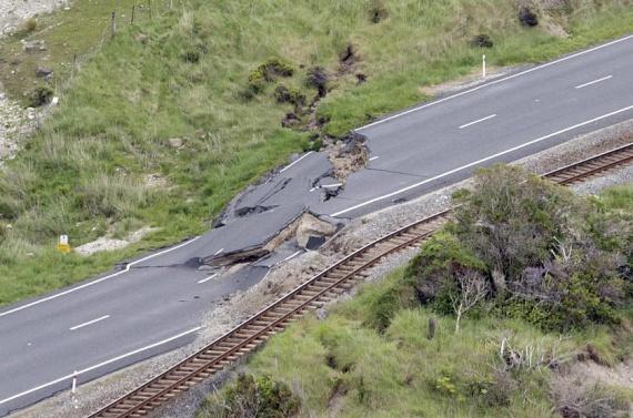 Az új-zélandi földrengésnek volt egy nem várt hatása is, a déli területeken a tengerfenék két métert emelkedett. Az országutak pillanatok alatt teljesen új formát öltöttek, járhatatlanná váltak.