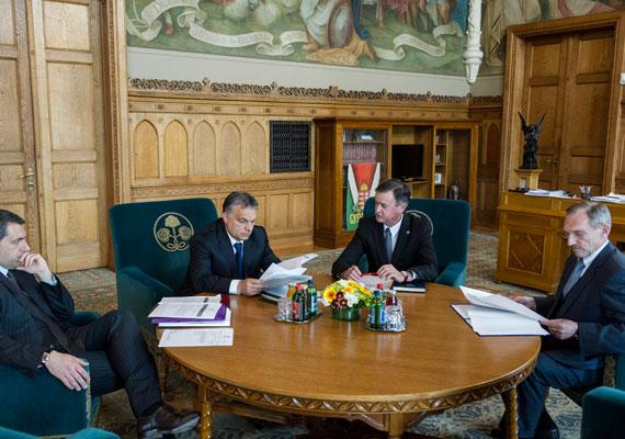 Pintér Sándor- a kép jobb szélén- egyes hírek szerint vonakodott újra pozíciót vállalni a kormányban, de Orbán nem engedte el. A Belügyminisztériumot újabb négy évig vezetheti.