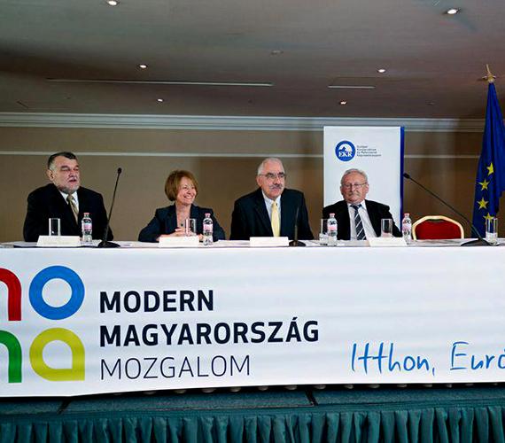 Bokros Lajos április 21-én, vasárnap jelentette be új pártja, a Modern Magyarország Mozgalom megalakulását. Bokros a Horn-kormány pénzügyminisztere volt, majd európai parlamenti képviselő. A párt a szabadelvűségét hangsúlyozza, hisz a szabad piacban, a magán- és szellemi tulajdonban.