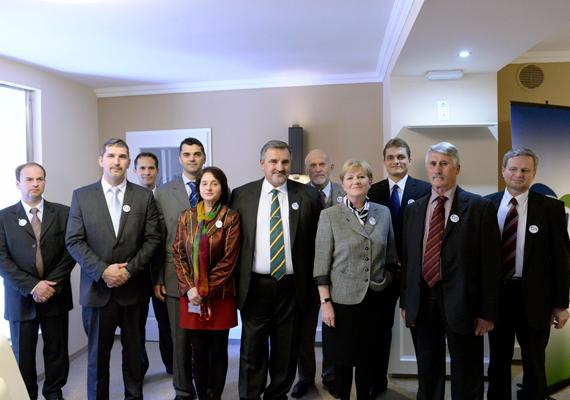 Közösség a Társadalmi Igazságosságért néven, 12 párt, illetve egyesület összefogásával új párt megalakulását jelentette be Szili Katalin, a Szociális Unió elnöke Budapesten 2013. október 17-én.